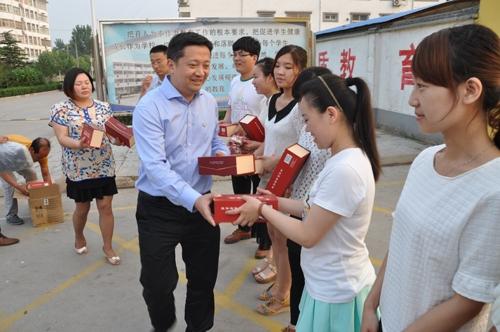 廖恳到告成镇中心小学慰问文艺志愿者.jpg