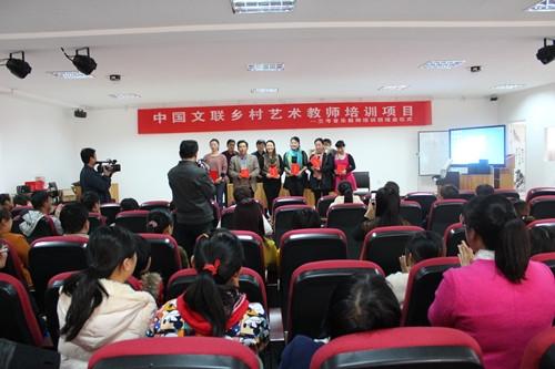 申慧生主任为参培学员代表颁发结业证书